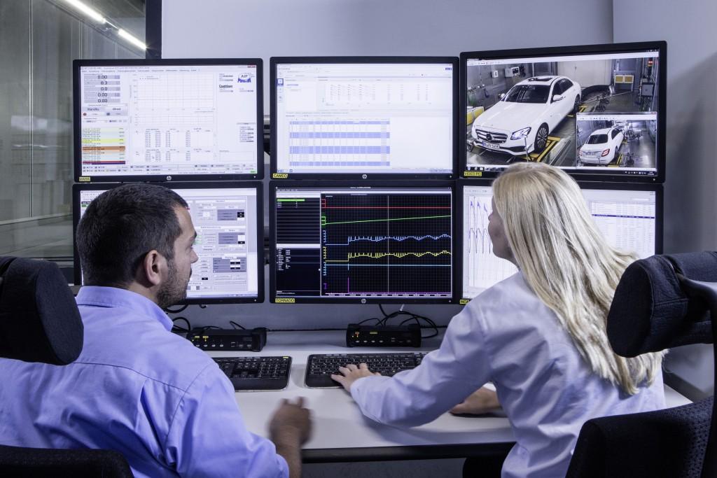 Da die Ingenieure und Techniker nicht mehr im Auto, sondern außen am Bedienplatz sitzen, können sie Messungen mit neu entwickelten Tools parallel auswerten.