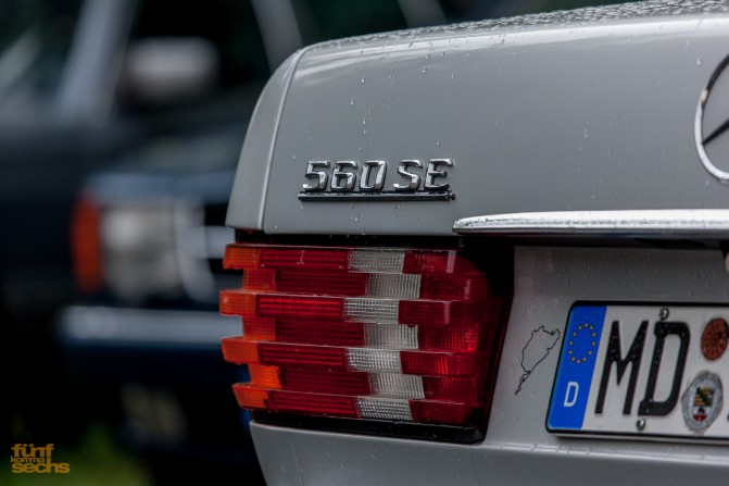 """Der astralsilberne 560 SE mit Sonderausstattung """"Kristallaschenbecher"""" auf der Mittelkonsole"""