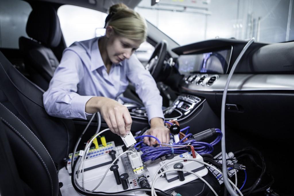 Auf den insgesamt zehn Fahrzeugprüfständen findet unter anderem die Feinabstimmung von Motor und Getriebe statt – entsprechend umfangreich werden die Fahrzeuge vor den Messungen verkabelt.