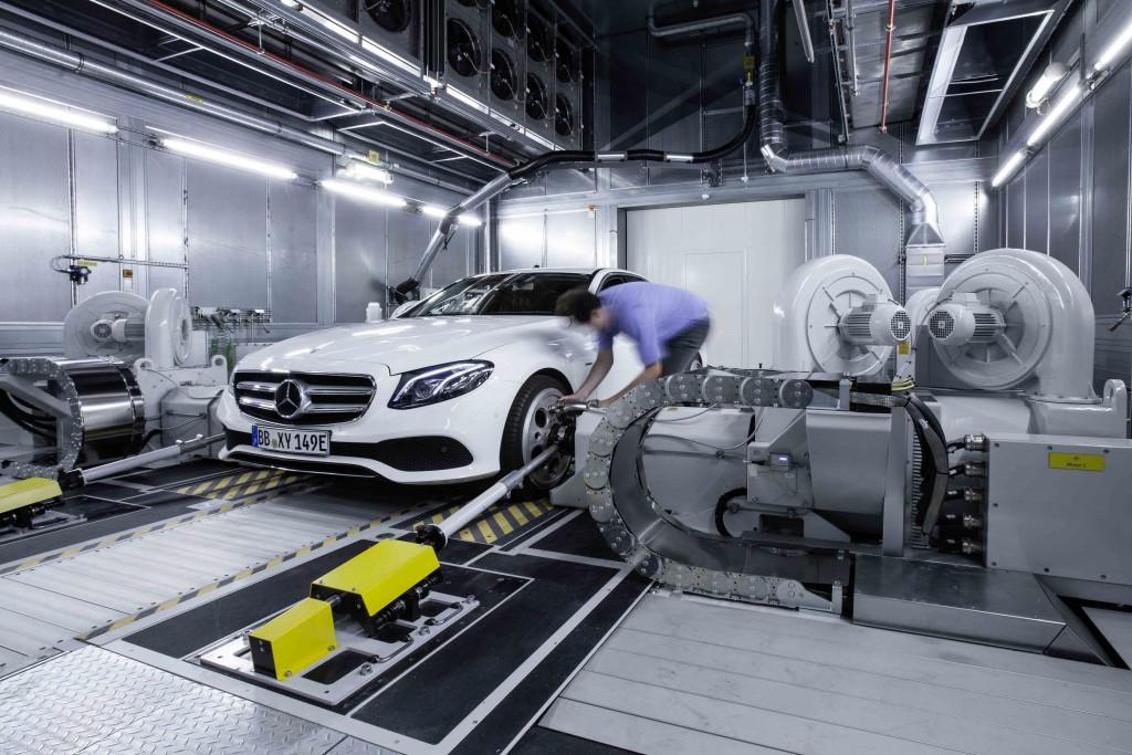 Zu den Highlights des neuen Antriebsintegrationszentrums (AIZ) zählen Prüfstände mit hochpräziser Drehmomentmessung direkt an den Rädern des Fahrzeugs (Bild) sowie ein Prüfstand mit Klimahöhenkammer.